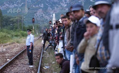 لحظه هجوم مهاجران به یک قطار صربستان + تصاویر