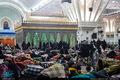 برخی از مردم شب یلدا را در پی زلزله تهران در کنار حرم امام(س) گذراندند
