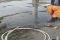 اقدام کارگر بسیار وظیفه شناس که برای باز کردن مسیر آب در فاضلاب فرو می رود