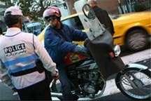پلیس راهور با موتورسواران فاقد مدارک و کلاه ایمنی برخورد می کند