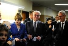 رئیس جمهور آلمان و همسرش در صف رای دهی+ عکس
