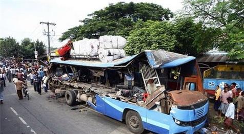 تصادف اتوبوس با کامیون در بنگلادش ۳۵ کشته و زخمی برجای گذاشت