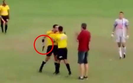 اسلحه کشی داور فوتبال در زمینه مسابقه