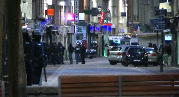 فیلم / عملیات پلیس فرانسه برای بازداشت مظنونان در حومه پاریس