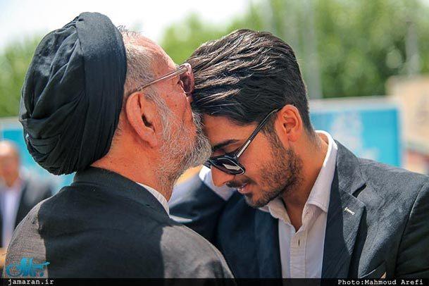 بوسه سید محمود دعایی بر پیشانی فرزند شهید + عکس