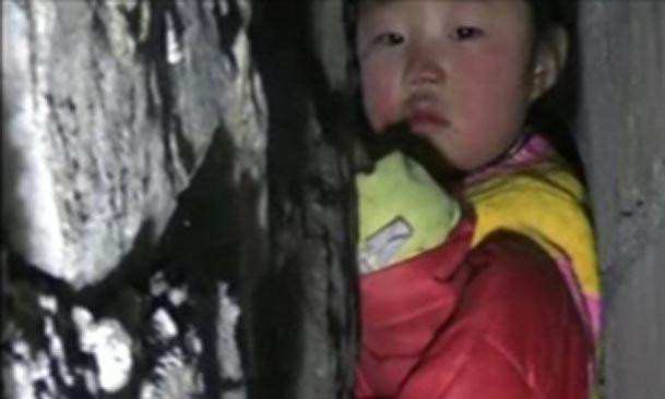 فیلم / نجات دختری که بین دو دیوار بلند گیر کرده بود