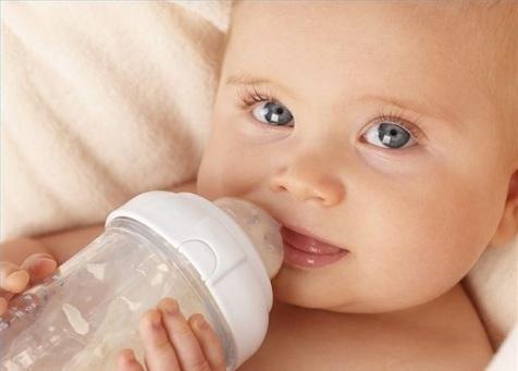 سندروم «مرگ ناگهانی نوزاد» با شیر مادر ریشهکن میشود