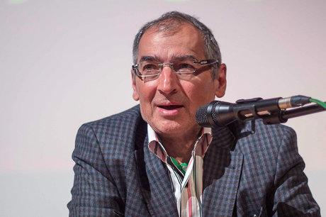 زیباکلام: اصولگرایان بدون احمدی نژاد قشون شکست خورده اند/ تمام قد از روحانی دفاع کنیم