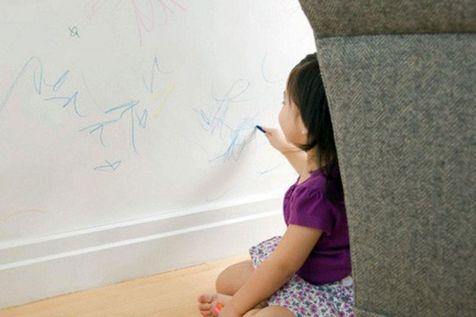 با نوشتن کودک روی دیوار، میز و صندلی چه کنیم؟