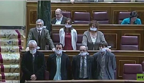 فیلم / نمایندگان کنگره اسپانیا دهان خود را بستند!