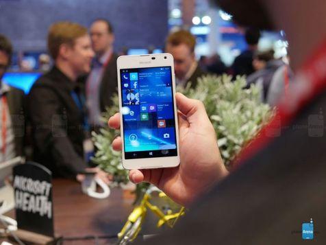 جی پلاس: بررسی لومیا ۶۵۰ مایکروسافت در کنگره جهانی موبایل؛ زیبا، سبک و ارزان!
