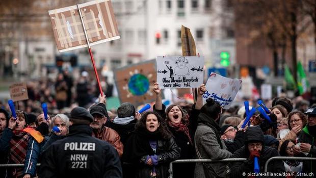 تظاهرات مخالفان و هواداران نئونازیها در آلمان+تصاویر