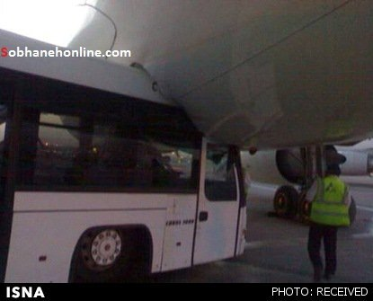 تصادف یک اتوبوس با هواپیمای ماهان + عکس