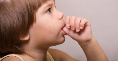 عوارض مکیدن انگشت پس از دو سالگی