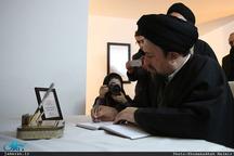 فیلم/ امضاء دفتر یادبود فیدل کاسترو توسط سید حسن خمینی