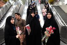 دختران با حجاب در مترو تهران گل هدیه می گیرند
