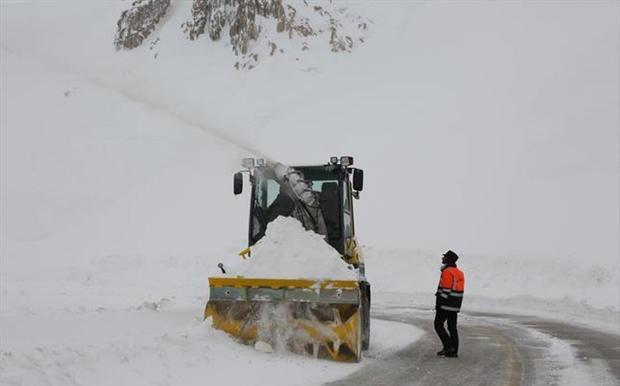 بارش سنگین برف جاده کندوان را بست