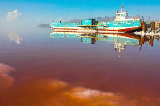 کشتی آرتمیا پس از 7 سال در دریاچه ارومیه شناور شد
