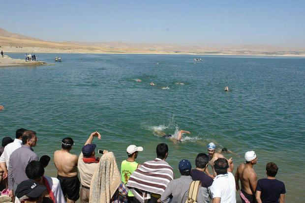 مسابقه شنای آب های آزاد در سد لگزی سقز برگزار شد