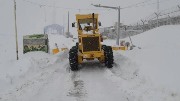 بارش برف تردد در گردنه ژالانه را با مشکل مواجه کرده است