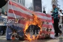 استقبال از معاون ترامپ با آتش زدن پرچم آمریکا+ تصاویر