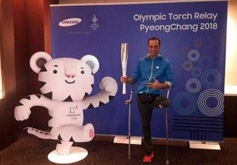 میرزاحسینی، مشعل المپیک زمستانی را حمل میکند