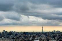 آسمان تهران ابری همراه با باد و باران است