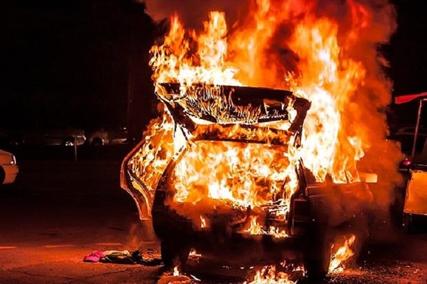 یک دستگاه خودرو در آستارا طعمه حریق شد