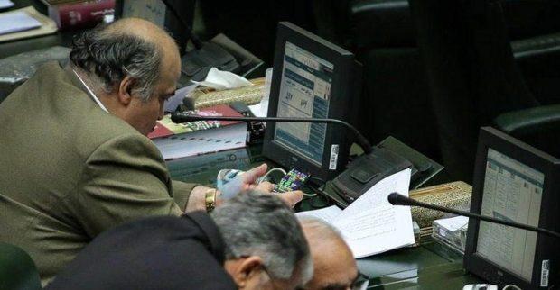 توضیحات نماینده ای که در صحن مجلس با تلفنش بازی می کرد