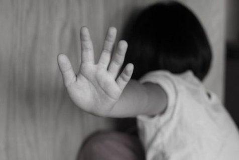 چرا حضانت فرزند به والدین کودکآزار داده میشود؟