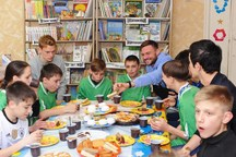 تصویری از حضور آزمون و ۴ روستوفی در مدرسه بچههای استثنایی