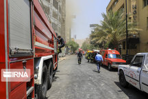 مصدومیت یک آتشنشان هنگام مهار آتشسوزی در رشت