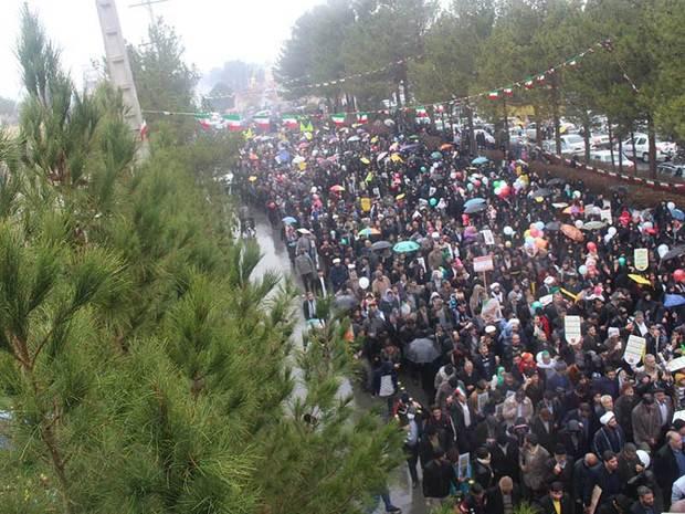 میبدی ها عظمت حضور خود را در راهپیمایی 22 بهمن نشان دادند