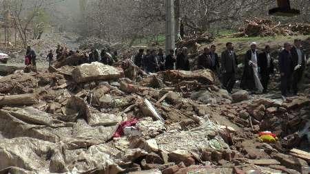بازدید خانواده های شهدای مدافع حرم از روستای سیل زده چنارعجب شیر