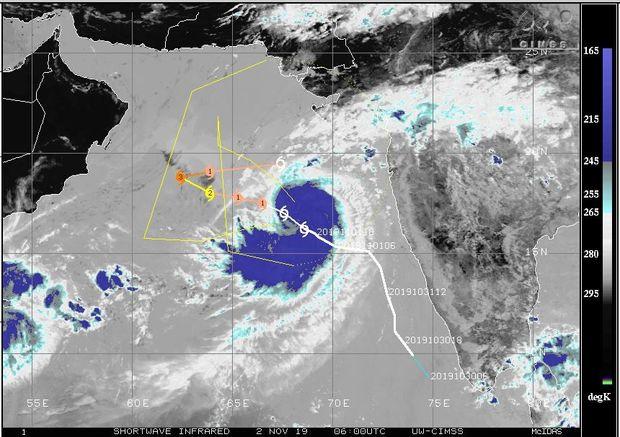 طوفان ماها ارتفاع موج در سواحل سیستان و بلوچستان را به ۳ متر میرساند