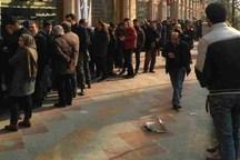 مردم تبریز برای فروش ارز شبانه صف کشیدند