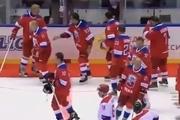 زمین خوردن پوتین بعد از مسابقه هاکی روی یخ