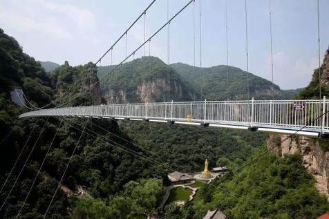 پل معلق شیشه ای در ارتفاع ۱۶۸ متری+ تصاویر