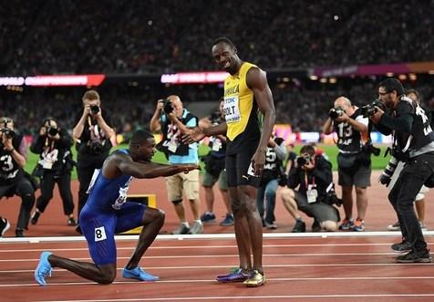 تصویری از ادای احترام گاتلین به بولت پس از پیروزی