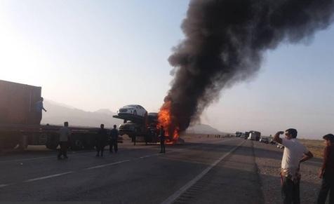 تریلی حامل خودروهای لوکس در جاده بندر عباس آتش گرفت+ فیلم و تصاویر