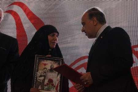وزیر ورزش و جوانان از خانواده شهدای مدافع حرم تجلیل کرد