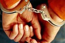 پلیس شهرستان کارون بر دستان سارق مسلح خودرو دستبند زد