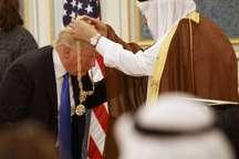 عالیترین مدال آلسعود بر گردن ترامپ