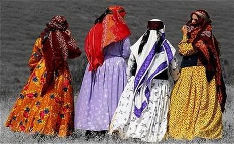 مُد امروز ایرانی ها چیست؟/ چرا لباس های با خطوط نستعلیق از مُد افتاد؟!/ دبیر انجمن هنرهای ایران: برخی رنگ ها مناسب زندگی شهری نیست