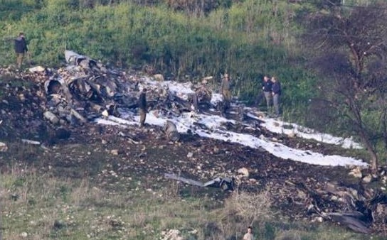 لاشه جنگنده سرنگون شده اسرائیل توسط پدافند سوریه +تصاویر