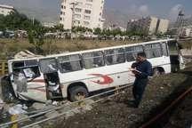 واژگونی یک دستگاه اتوبوس حامل دانش آموزان در شمال تهران  اعزام 10 آمبولانس به محل حادثه