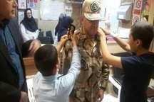 نشان نظامی با دست بیماران مبتلا به سرطان بر شانه سرهنگ قزوینی نشست
