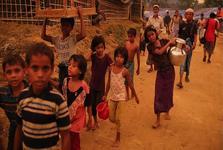 محاصره هزاران مسلمان میانماری پشت مرزهای بنگلادش/ رسیدن نخستین کاروان کمک های یونیسف