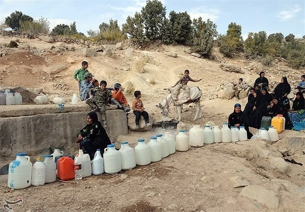 صفهای طولانی برای تامین آب شرب در مشگینشهر مشکل آب شرب منطقه حل نشد