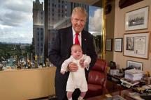 عکس/ وقتی نوه ترامپ برای اولین بار به آرایشگاه می رود